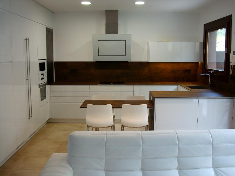 Una cocina de dise o integrada en el sal n reformas de for Diseno de cocinas abiertas al salon