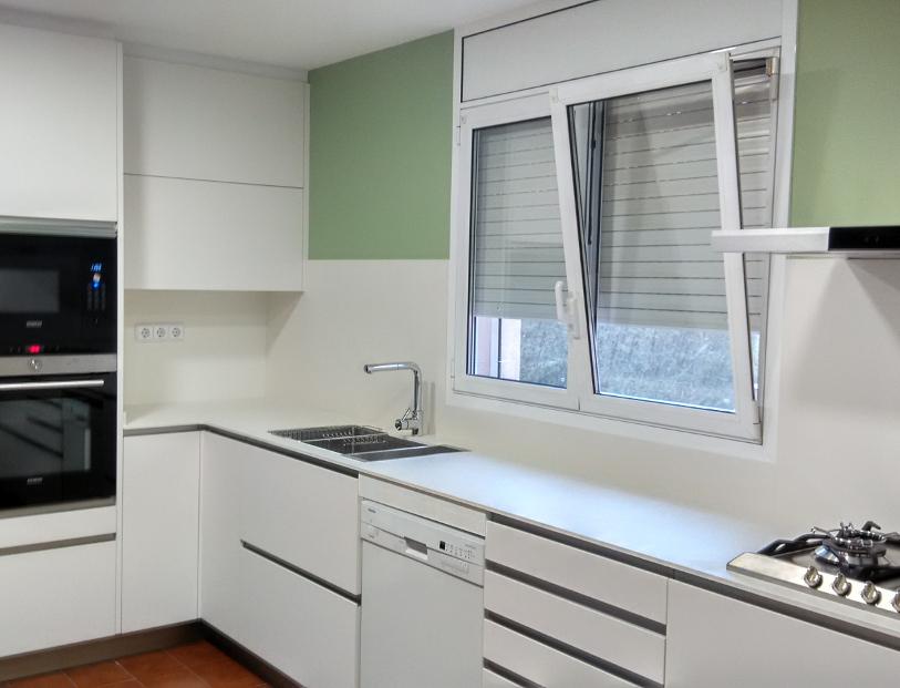 Una cocina en blanco supermate | Reformas de cocinas, baños e ...